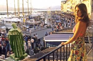 Flicka på balkong
